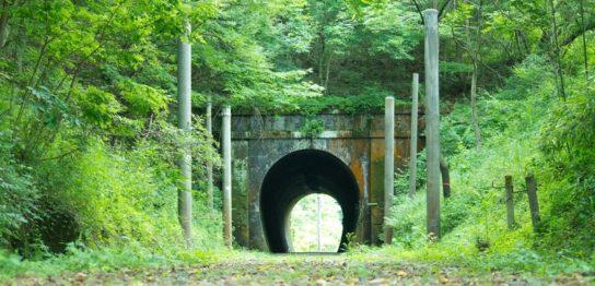 出口がみえるトンネル