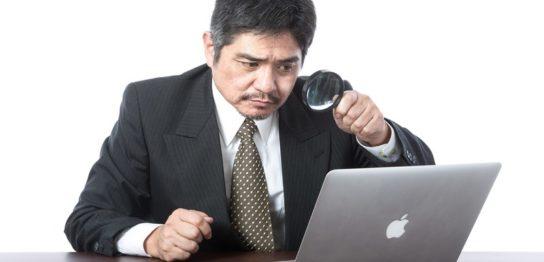 PCのMT4を覗きこむ男