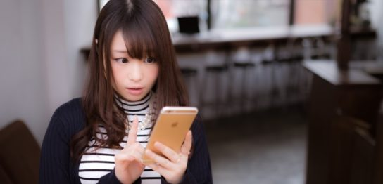 FX自動売買のブログを購読する女性