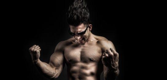 FX自動売買で負けて悔しくてこぶしを握り締めるマッチョな男性